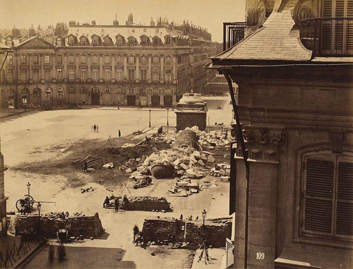 La colonne Vendôme abattue par les Communards à l'initiative de Gustave Courbet