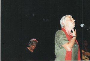 Jacques Higelin accompagne Norma dans un concert zinzinien